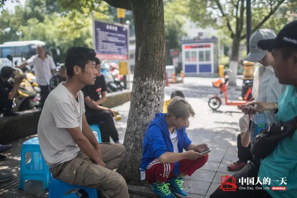 """中国人的一天:横店人生中转站:群众演员""""咸鱼翻身"""" 靠拍短视频当上主角"""
