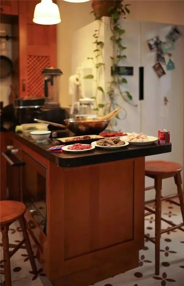 eat in kitchen island resurface countertops 10家厨房比比看 一分价钱一分货 天天快报 每天最幸福的时候就是一家人围在岛台旁共进晚餐 岛台台面是黑色的石英石 方便打理 镶嵌了电磁炉 作为四川人 经常会在这里吃吃 火锅 这是业主最喜欢的设计点之一