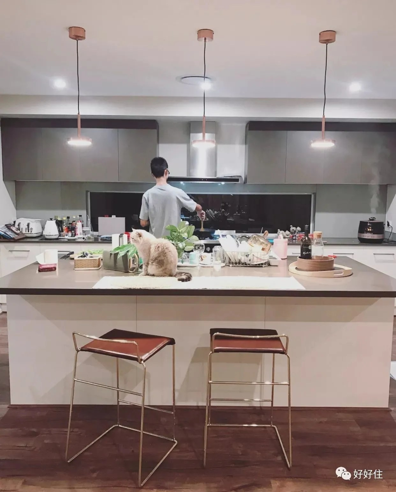 island kitchen oak cabinet 不早说 原来小户型厨房装岛台也不难嘛 厨房料理台面太小 做菜缩手缩脚 因此懒得下厨 啊喂别找借口了 一个中岛厨房至少可以提供1 5 倍以上的操作空间 岛台上切菜 转身即能开火烧菜 效率也提高了不