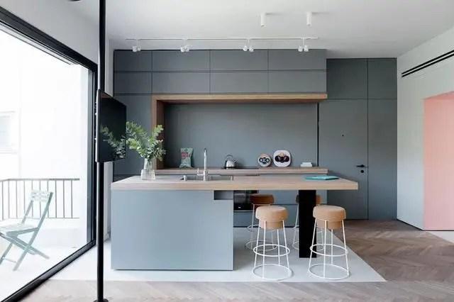 kitchen bar stool knives 55平方米做了两间卧室现代风格装修色彩完美 腾讯网 房子里没有设置餐桌 而是融入到厨房岛中 从厨房岛台面延伸出来的木板 就是餐桌了 相应的 设计师也用吧台凳取代餐椅