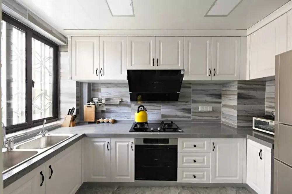 grey kitchen countertops workbench 厨房怎么配色 永不过时的方案在这 天天快报 台面的话灰色麻点我个人觉得是比较耐脏的 白色台面如果渗污就比较明显一点 墙砖和地砖各种灰色都不错 图案不宜太复杂 油烟机 灶具以及其他厨房电器基本选黑色面板