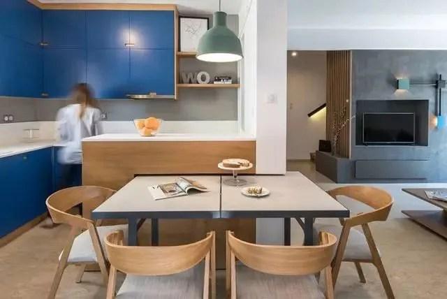 kitchen accent table cost to update 这款现代复式设计风格很别致 暖色木材冷色墙面超强搭配 天天快报 该厨房拥有丰富的蓝色橱柜 暖色木材和暗部细节 在整个室内其余部分 设计师们运用了白色 黑色和灰色调色板 并搭配绿色和蓝色的口音