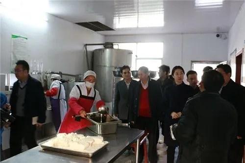 kitchen aid cabinets black 申城眼科医院援建 希望厨房 公益眼检 让山里孩子吃得更好 看得更远 上海援助团队参观