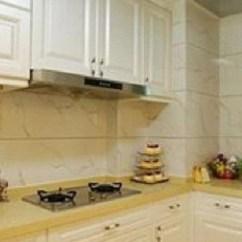 Kitchen Backsplashes Cabinets Online Wholesale 创意思维 3招让厨房脱离俗套 增添随性 告别生硬 天天快报 要为厨房有那么一点随性 活泼的感觉我们就考虑在厨房后挡板做点文章 后挡板即是灶和油烟机安装的那面墙 夹在上下橱柜之间的狭长型墙面
