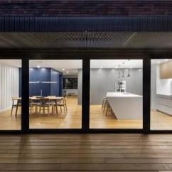 Outdoor Kitchen Frames Storage Organizers 开放规划 迎接自然 天天快报 厨房与餐厅相互连通 并享受面朝花园的美丽视野 金属框架雨棚为该空间过滤了光和热 住宅装饰的每一处皆展示了所有者对细节的极致追求