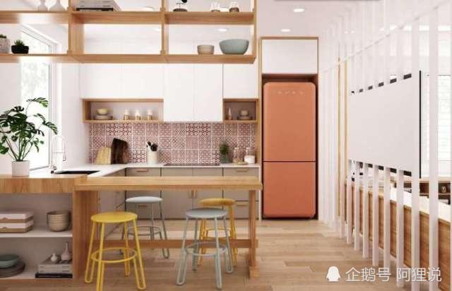 coral kitchen decor 33x19 sink 色彩丰富的内部装饰 绿色 珊瑚色 蓝色和黄色的装饰 天天快报 在厨房里 一个珊瑚色的smeg冰箱填满了一个壁龛 旁边是匹配图案的瓷砖 所有的货架都是木制的 和瑞士奶酪工厂的早餐吧台一样