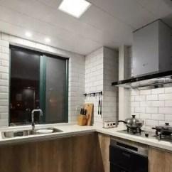Kitchen Pantry Cabinets Freestanding Cool Faucets 木纹色整体橱柜带你领略日本简洁厨房设计风格 天天快报 异形空间厨房被设计师巧妙设计 清洗区和烹饪区隔开 形成两个独立的功能区间 互不干扰 木纹色地柜搭配白色吊柜 带来干净利落的视觉感 让厨房 变得更加整洁美观