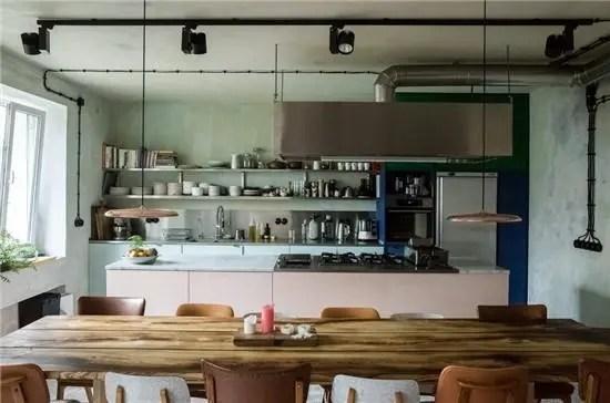 best kitchen stores shaker island 能够尽情施展厨艺的公寓 天天快报 餐桌与厨房操作台保持平行 为客人们带来了最佳的厨房视野 以便感受户主施展厨艺的精彩过程 复古风格的餐椅均来自跳蚤市场和古玩商店