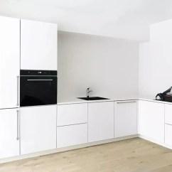 Small Kitchen Bar Reface 小厨房也有大惊喜 天天快报 今天我们来到的是anitta Behrendt 一家人于一年前购入的二层小屋 朝南的厨房 兼餐厅拥有标准的白色系橱柜和原木色地板 但这于寻常人来说已经足够完美的厨房却无法满足