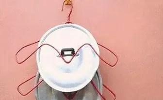 kitchen pot hangers remodel 衣架简单扭一扭 放在家中角落可以做收纳用 家居环境焕然一新了 腾讯网 厨房中的锅盖容易占地方 放在收纳架上既可以腾出空间使用还方便拿取 将衣架的两侧扭一扭一个收纳架就做好了 锅盖可以老实的悬挂在上面 能够节省不少空间呢