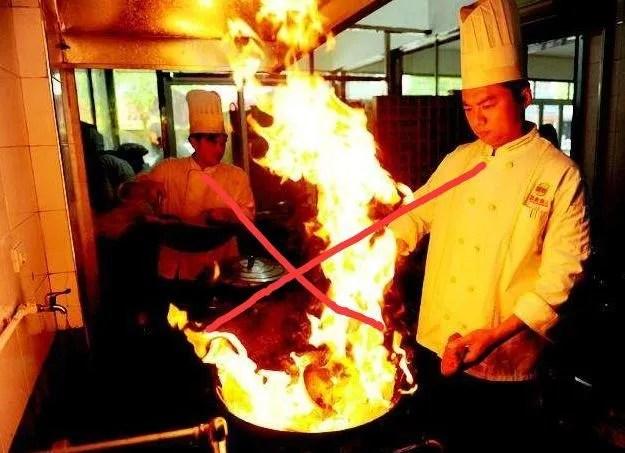 summer kitchens ventless kitchen hood 夏天你在厨房吃过亏吗 天天快报 夏天厨房温度高很大一部分原因是明火的使用导致的 比如燃气灶 天然气或者煤气的 早做饭炒菜的时候都是明火 散发的热量让厨房高温受不了 解决方法就是多使用微波炉