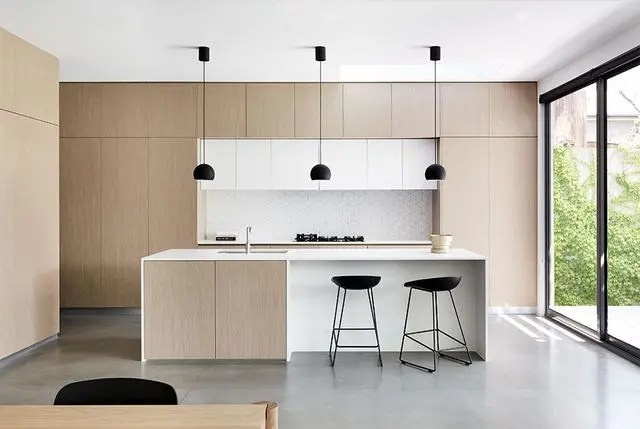 kitchen stool booth table 室内设计 40个简约主义厨房 来自超级光滑的灵感 总统家文章 厨房里使用的家具在整体风格中也起着关键作用 在这里 黑色极简主义的厨房凳子与简单的吊灯完美搭配 给人一种现代 统一的感觉
