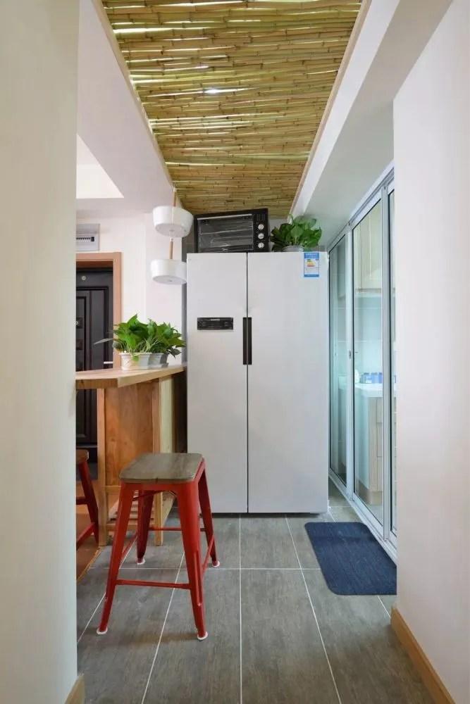 rustic kitchen clock blue tile backsplash 温馨质朴的日式风小户型 客厅阳台还改成了榻榻米地台 天天快报 厨房外的小吧台和冰箱 吧台本身也代替了部分玄关鞋柜的收纳需求 顶部的吊顶设计更是非常有趣 让这个走道空间变得更美