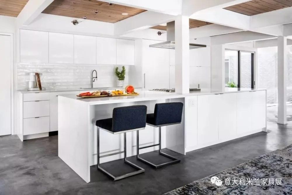 blanco kitchen sink l shaped bench table 30个设计细节让厨房风情万种 天天快报 几乎没人注意到左侧的白色橱柜 因为你所有的注意力都被黑色底座操作台和对面的黑色水槽组合吸引了