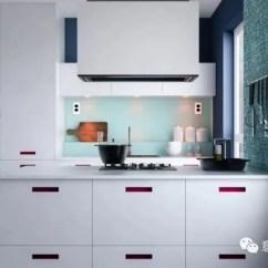 Kitchen Island Hood 1950s Table 30个设计细节让厨房风情万种 天天快报 一个深色的木制加厚面板与灰色厨房操作台悬垂重叠 创造出一个舒适和独特的就餐点