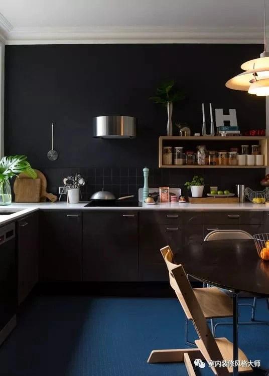 kitchen black cabinets hood 让厨房看起来更精致 黑色橱柜的迷人案例 天天快报 最近我们看到黑色橱柜将其精致的色调赋予越来越多的空间 它们在现代化的厨房中引人注目 在更传统的厨房中显得优雅而永恒 今天大师带你们看一些黑色橱柜的案例 若你
