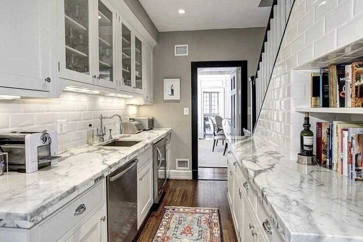 kitchen pantry organizer marble countertops 这是奥巴马离开白宫后的新家 天天快报 食品室 拥有大量的存储空间 小型迷你冰箱和洗碗机 组织良好的食品室肯定有助于保持这个家的厨房干净整洁