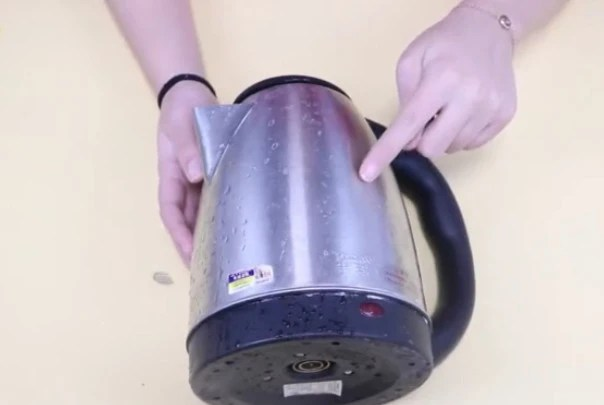 kitchen aid electric kettle design layout tool 当热水壶表面产生水渍难清洁咋办 只需敷上一层纸巾 太实用了 天天快报 我们为了方便 现在都用上了电热水壶 但是你知道在上面敷上一张纸 会有什么样的妙用吗 快跟着我一起来看看吧 我们的热水壶上面有许多的水渍 不好去除 看看我是