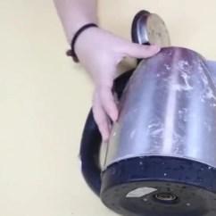 Kitchen Aid Electric Kettle Outdoor Doors 当热水壶表面产生水渍难清洁咋办 只需敷上一层纸巾 太实用了 天天快报 我们为了方便 现在都用上了电热水壶 但是你知道在上面敷上一张纸 会有什么样的妙用吗 快跟着我一起来看看吧 我们的热水壶上面有许多的水渍 不好去除 看看我是