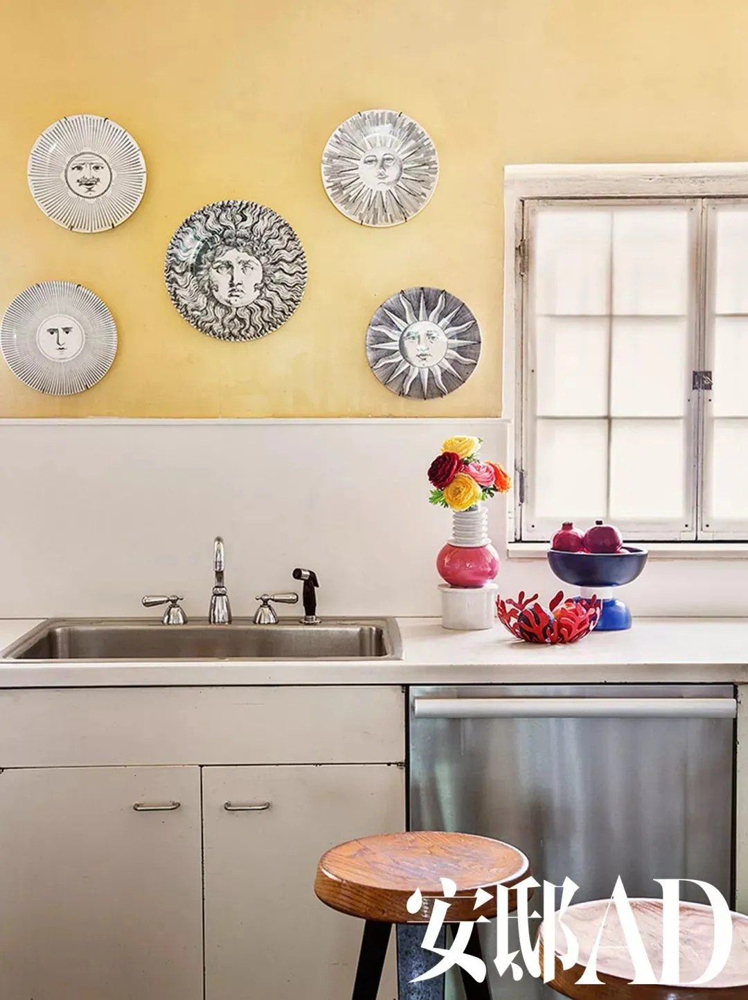1950s kitchen table cabinet door hardware 一个家怎么装进了三个世界 天天快报 厨房墙上挂着一组1950年代出品的fornasetti陶瓷盘子