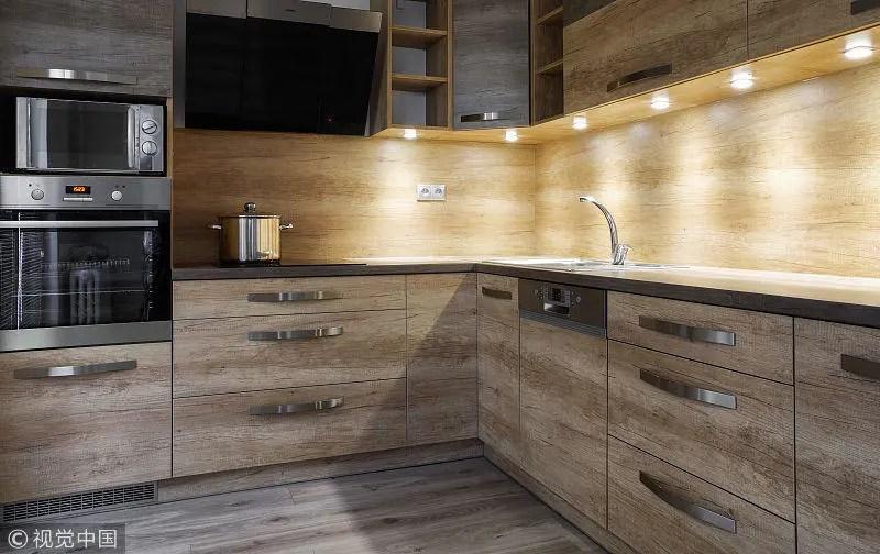 kitchen aid cabinets backsplashes images 新房装修 盘点厨房照明常见的四大误区 在厨房的活动空间有限 所以一般要求光线明亮并且无遮挡 所以吊柜下的照明必不可少 不仅可以方便局部的操作 提供辅助光源 而且可以减少主灯的使用次数