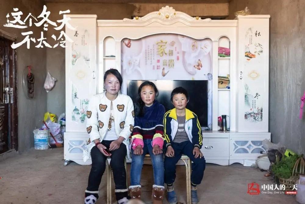 """中国人的一天:""""冰花男孩""""出名一年后:当上了班干部,远走的妈妈也回来了"""