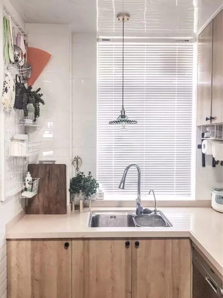 kitchen designer types of cabinets 小户型厨房怎么设计更漂亮 让设计师给你推荐几款 以木色与白色为主的小户型厨房 木色的橱柜搭配白色的墙砖 构造出一个清新 自然的烹饪空间 让人感觉非常舒适