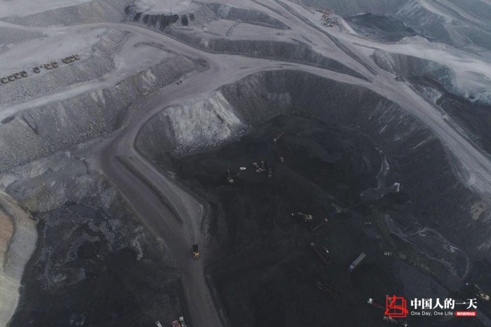 货车上的中国:重卡女司机拉煤十年 欲给前夫还债给儿子买房