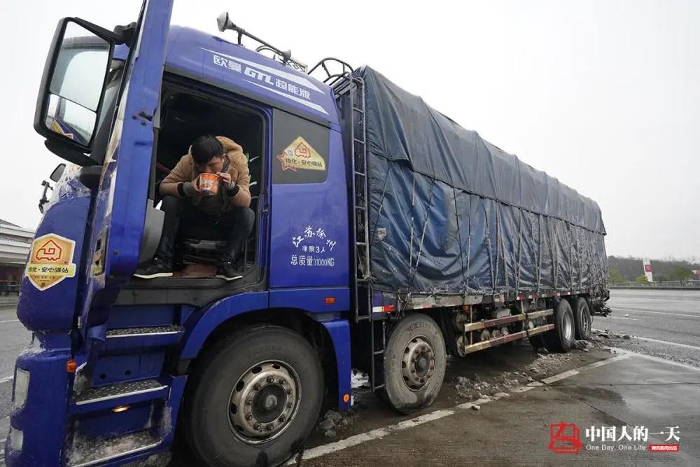 货车上的中国:父子跑长途 一路吵架一路照顾