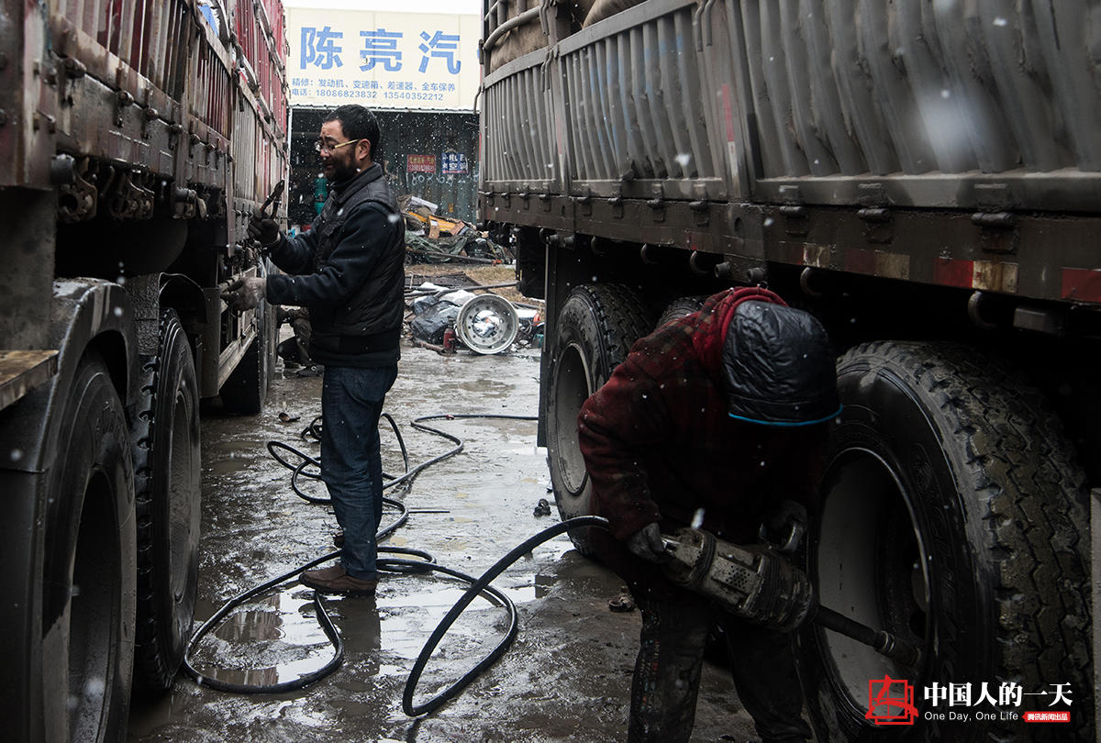 """货车上的中国:司机东南亚拉货途经""""土匪山"""" 随车带斧头防身"""