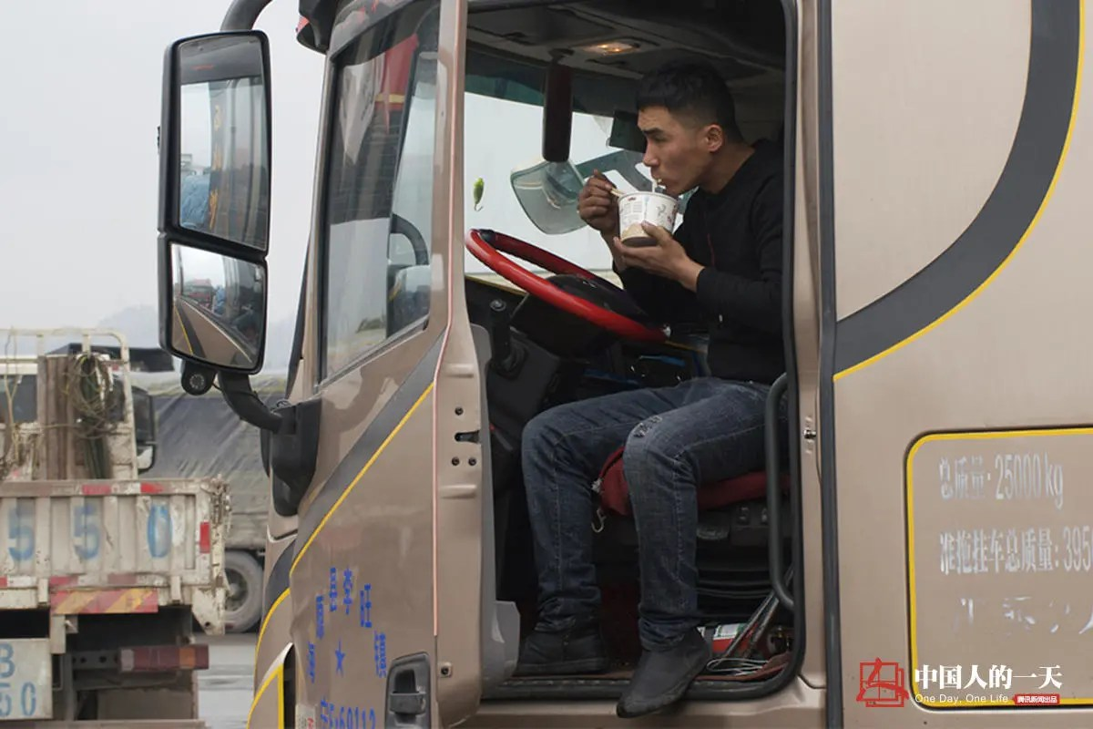 货车上的中国:司机在妻子临盆前出门拉货 全村帮忙照顾