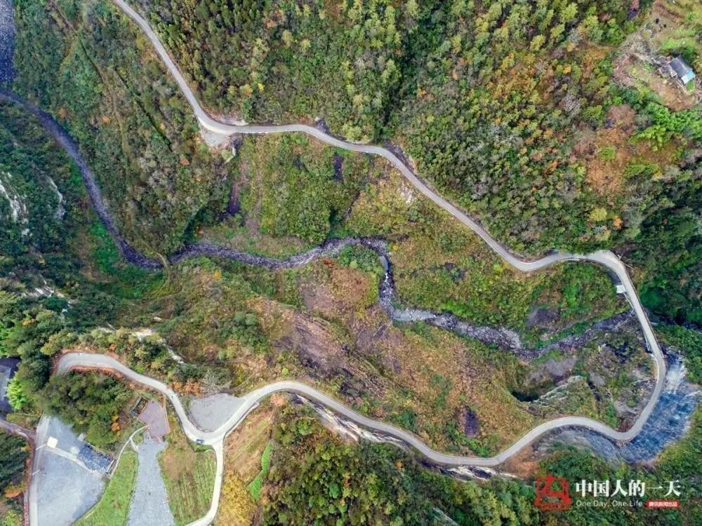"""""""绝壁村""""愚公书记带头开山造路 6年凿出2500米毛路"""