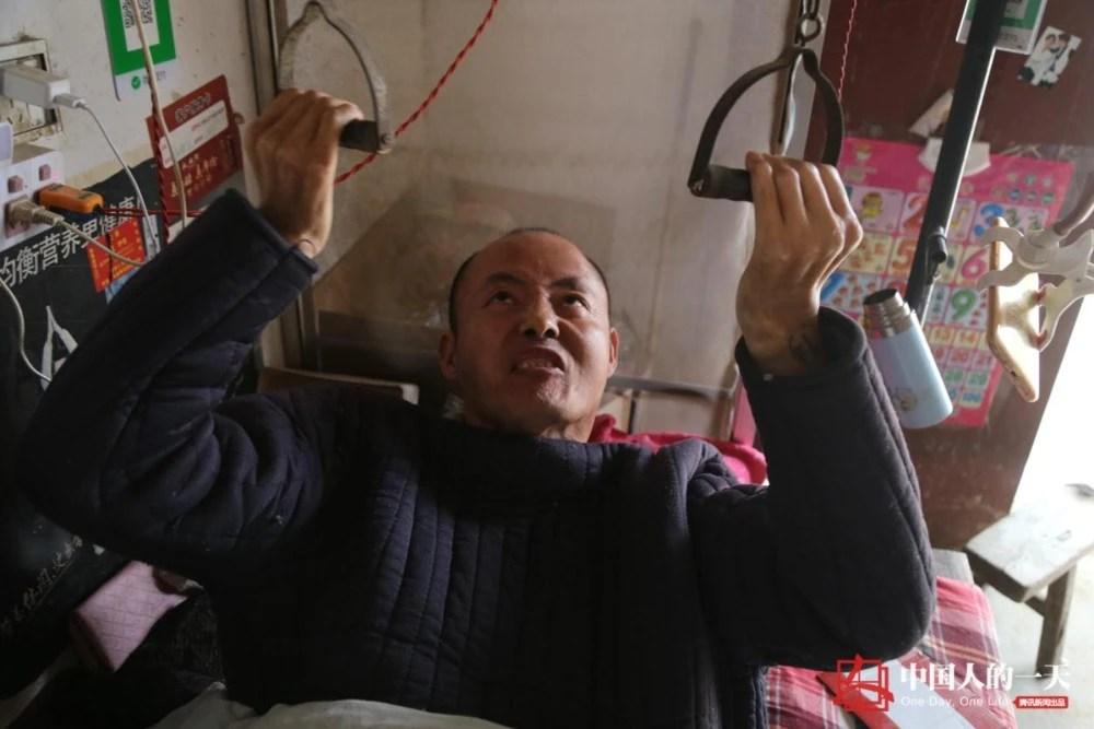 """男子截癱22年靠吊機上下床 與妻子開小店做直播成自強""""網紅"""""""