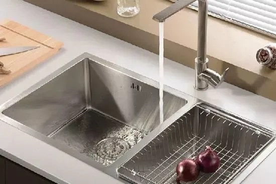 cheap kitchen sinks when remodeling a where to start 厨房水槽没装好下厨像受罪 水槽哪种材质好 别选错了 但是不锈钢容易被刮花 用久了水槽上会出现一道道划痕 不仅难看 还会藏污纳垢 因此要在表面上进行处理 哑光 拉丝或压纹
