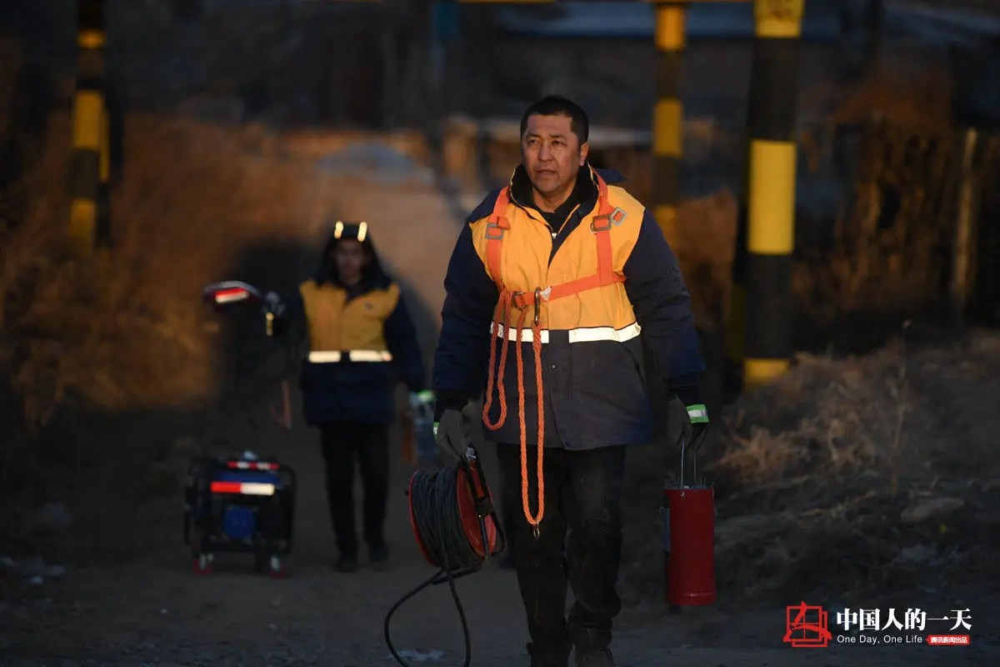 他在离家150公里的大桥里面工作 妻子辞职照顾家庭患癌病倒
