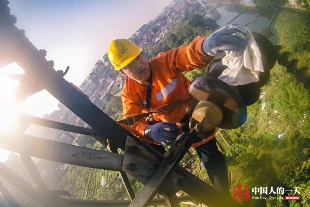 """中国人的一天:2分钟爬上高塔""""掏鸟窝"""" 不是不爱动物只是为了春运平安"""