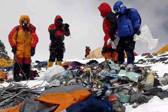 """""""珠峰景区永久关闭""""不实,但珠峰上的垃圾就在那里"""