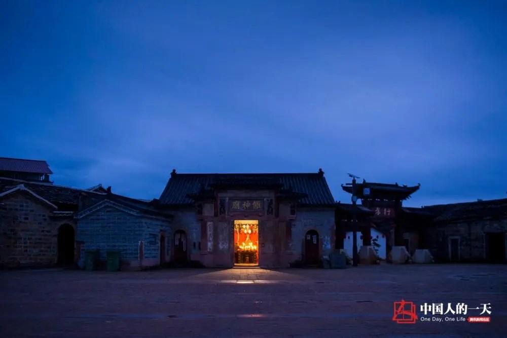 """中国人的一天:跳傩舞的""""伯"""":平日里干活打工种桔子 戴上面具便是""""神"""""""