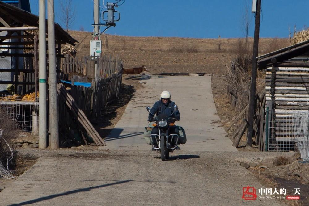 中国人的一天:爬山越岭、趟河过溪,这个局长在边境送快递30年走了37万公里