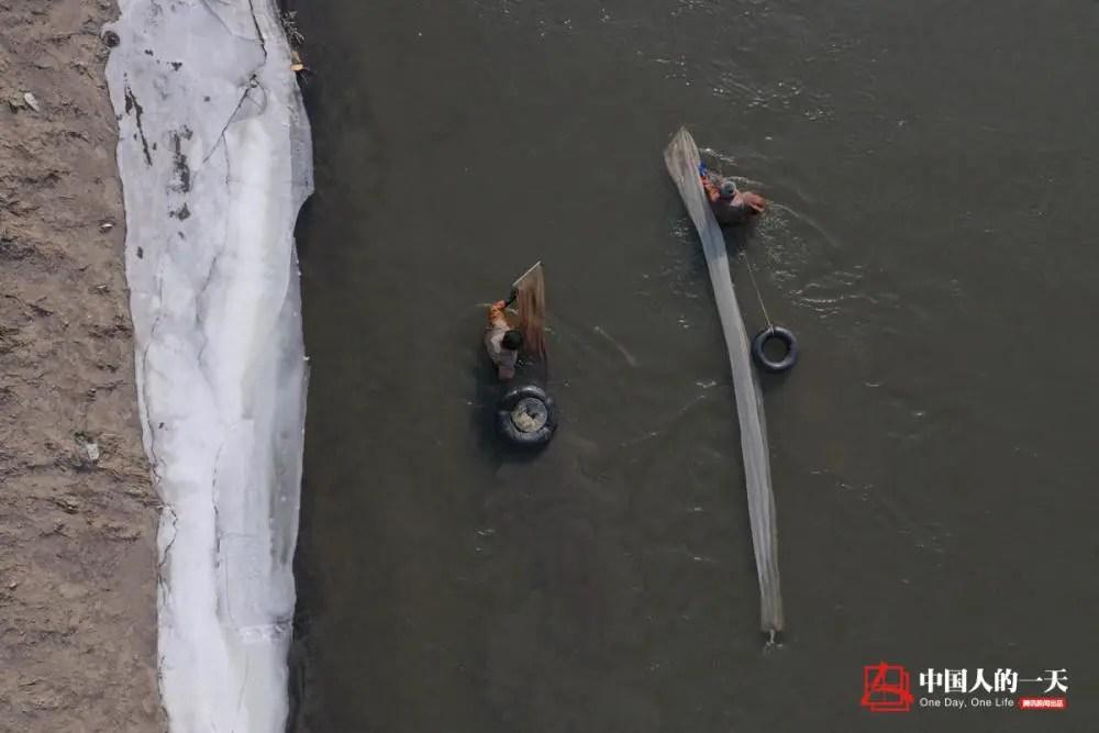 中国人的一天:观赏鱼吃啥?这些人每天从冰河里捞虫百斤,曾遭遇拦河收费