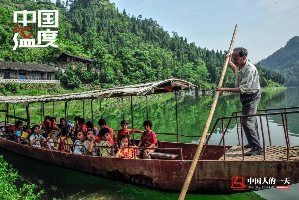 """中国人的一天:被水封印的""""孤岛村""""孩子上学要撑船 做梦都盼着路能修进来"""