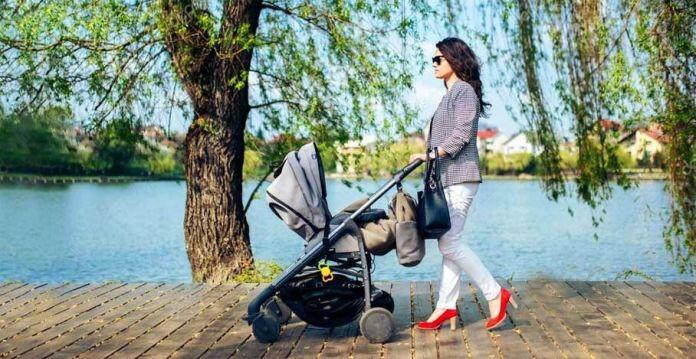 Mamá paseando a un bebé
