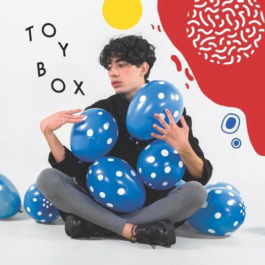Músico e designer gráfico Arian Motta faz sua estreia com o EP TOYBOX