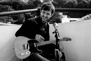 Em série de parcerias, Chuck Hipolitho lança canção com Gustavo Macacko; ouça
