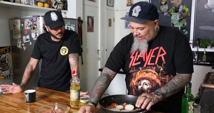 Lembra quando Mozine (Mukeka di Rato) e João Gordo cozinharam uma moqueca capixaba vegana?