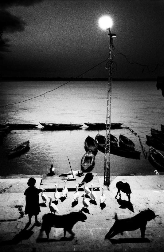 Amanhecer em Benares, Índia. © Sohrab Hura/MAGNUM PHOTOS, 2005