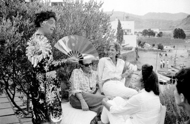 Salvador Dalí na sua casa de Portlligat, Cadaqués, pela lente da primeira fotojornalista espanhola, Juana Biarnés. | JUANA BIARNÉS