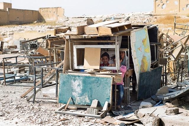 Escola bombardeada em Kobane. As crianças continuam por lá brincando mesmo sem ter aulas