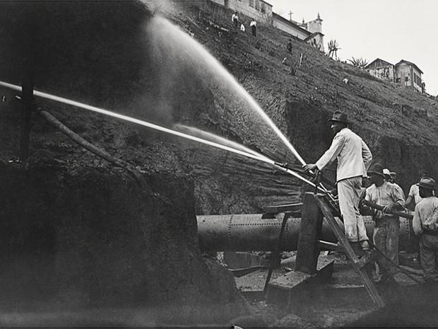 Demolição do Morro do Castelo, imagem registrada em 1921 (Foto: Alberto de Sampaio/Centro Cultural Correios Rio / Divulgação)