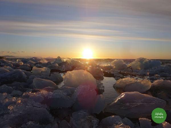 Amanecer en la playa de los diamantes que ver en Islandia
